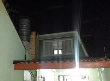 Residência térrea com ático, localizada no bairro Cajuru.
