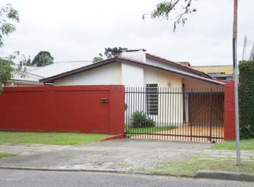 Casa no Hugo Lange, Rua Dr. Goulin, 3 dormitórios, 3 vagas de garagem e quintal.