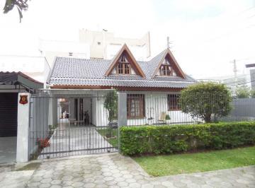 Residência no Hugo Lange, Rua Menezes Dória, 3 dormitórios e vagas de garagem.