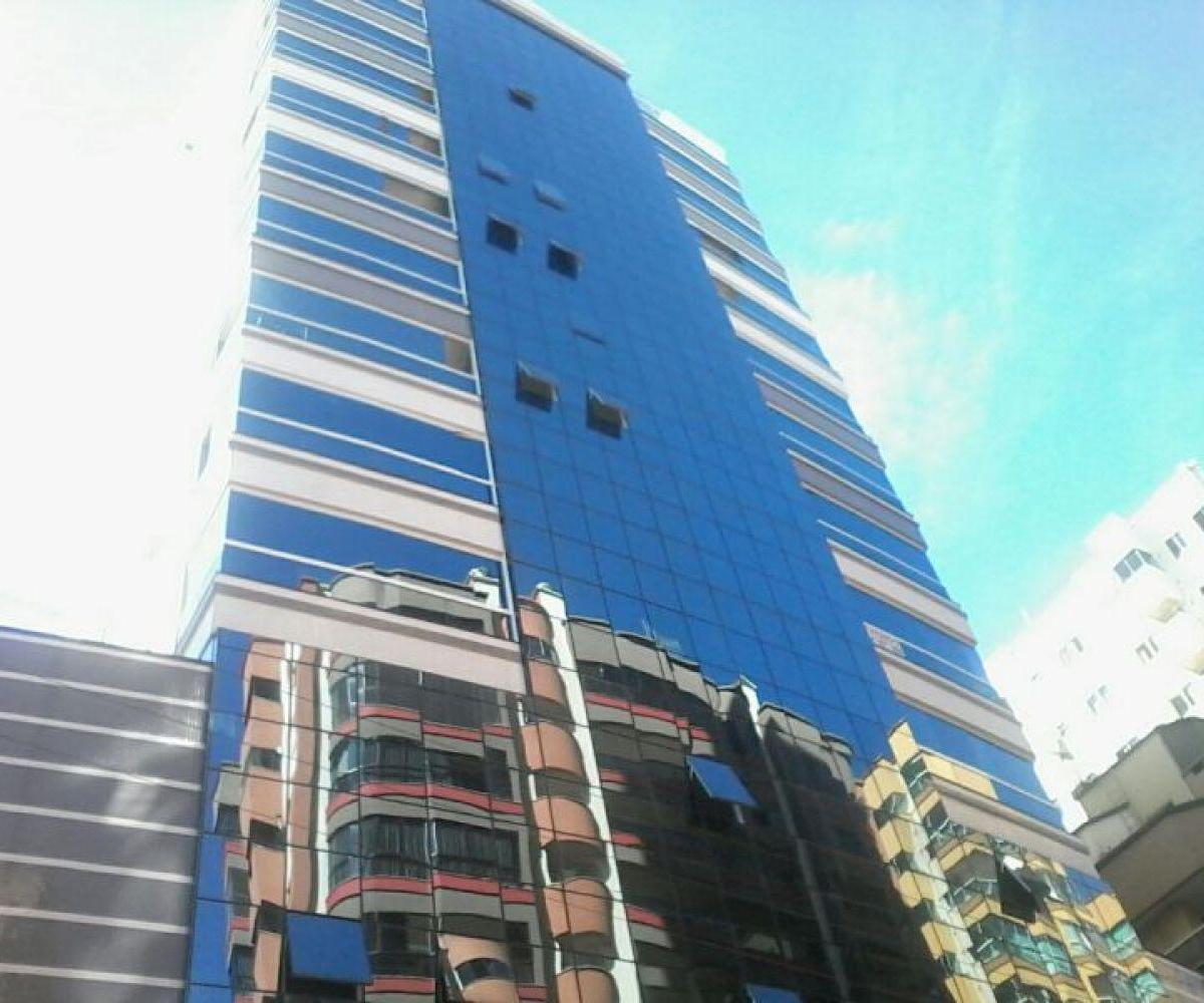 Lindo apartamento, bem localizado à venda em Meia Praia!