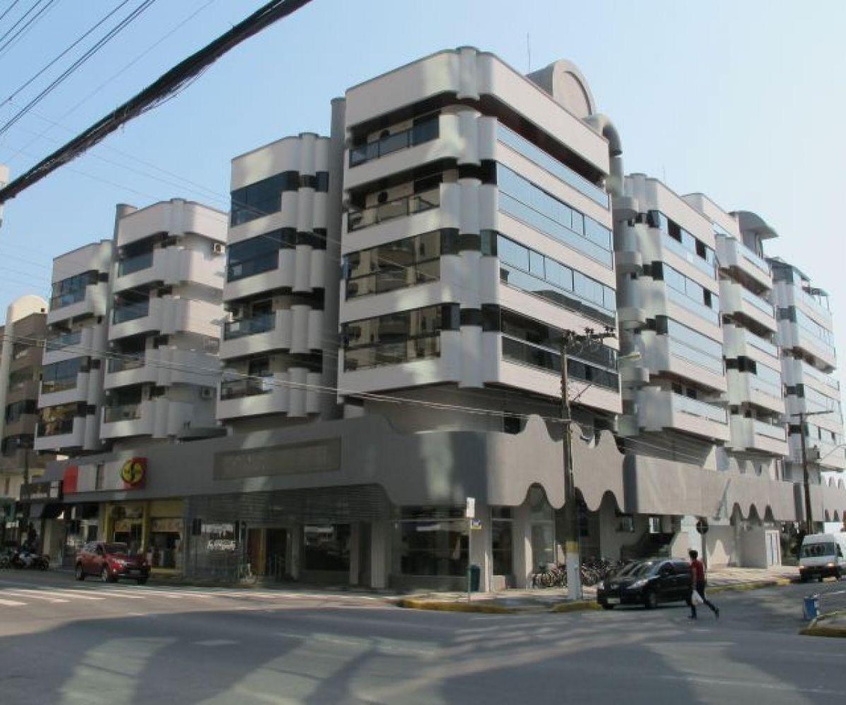 Apartamento 03 Dormitórios Quadra do mar