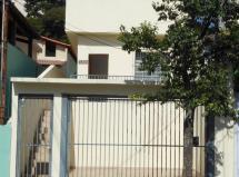 CASA TÉRREA (com um lance de escada) local para 2 veículos