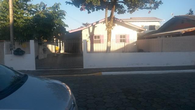 Casa mista com 3 dormitórios em Meia Praia