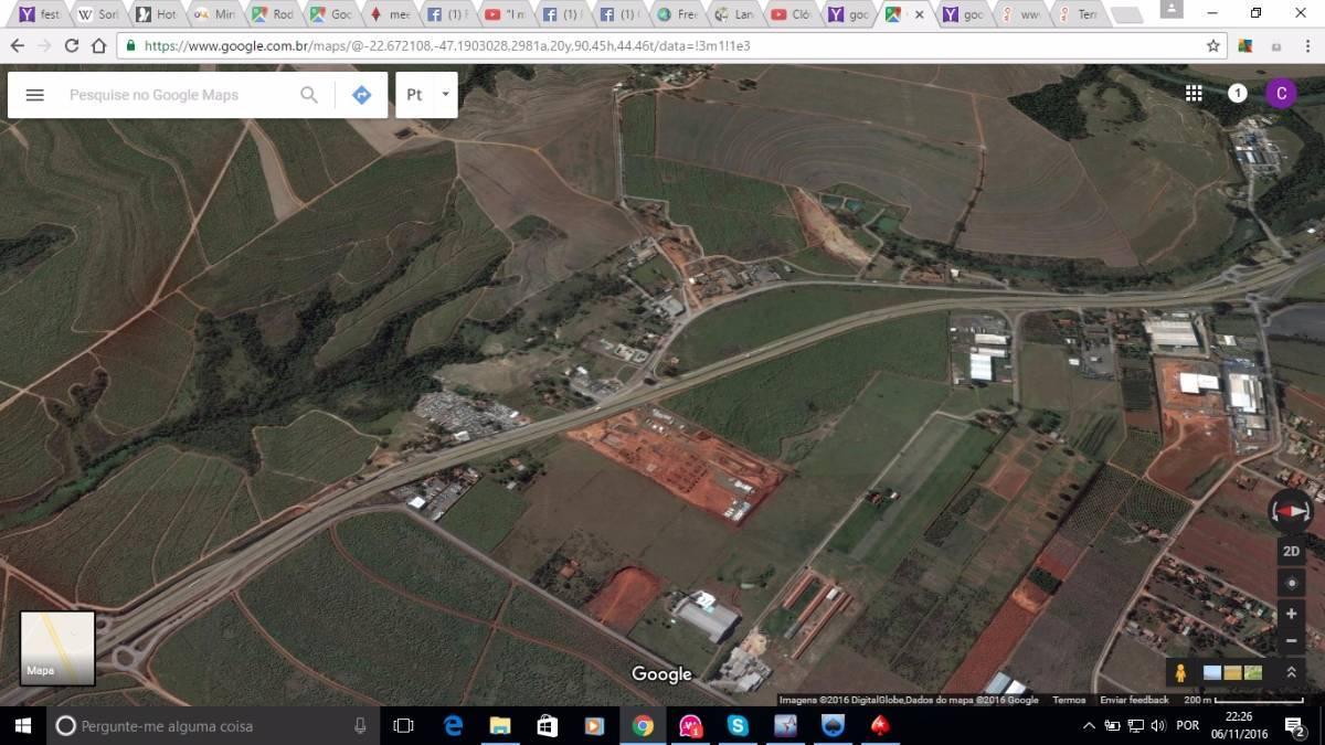 Foto aérea (área à esquerda do asfalto)