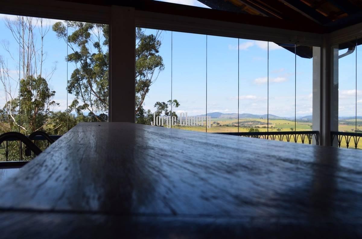 Casa em condomínio com lago e vista