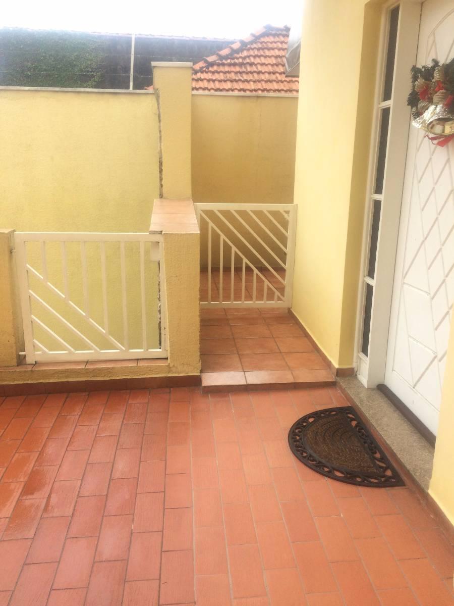 Frente da casa, entrada principal e portão para entrada lateral