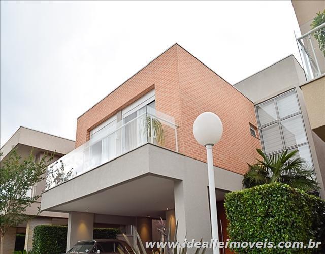 Belíssima casa com decoração de muito bom gosto e acabamento.