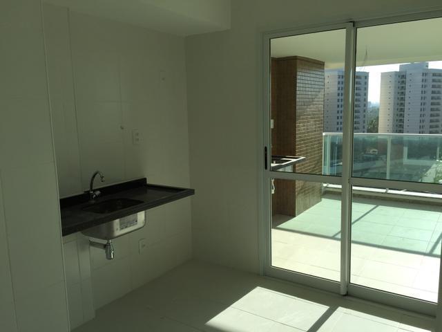Apartamento 2 e 3/4 em Patamares com extensa varanda e 2 vagas de garagem.
