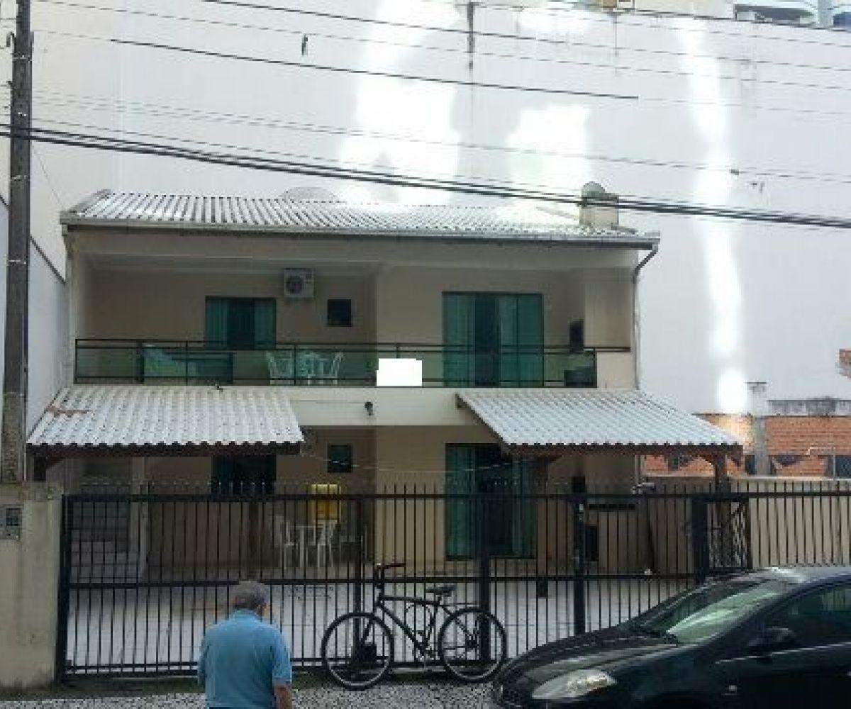 Excelente sobrado à venda em Meia Praia, bem localizado dividido em dois pisos, confira!