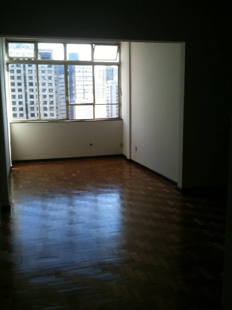 Apartamento grande e arejado; ótima localização no Centro.