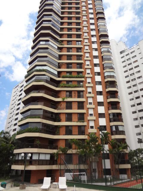 Apartamento amplo com 270m2, 4 dormitórios (2 stes) 3 gars e depósito.