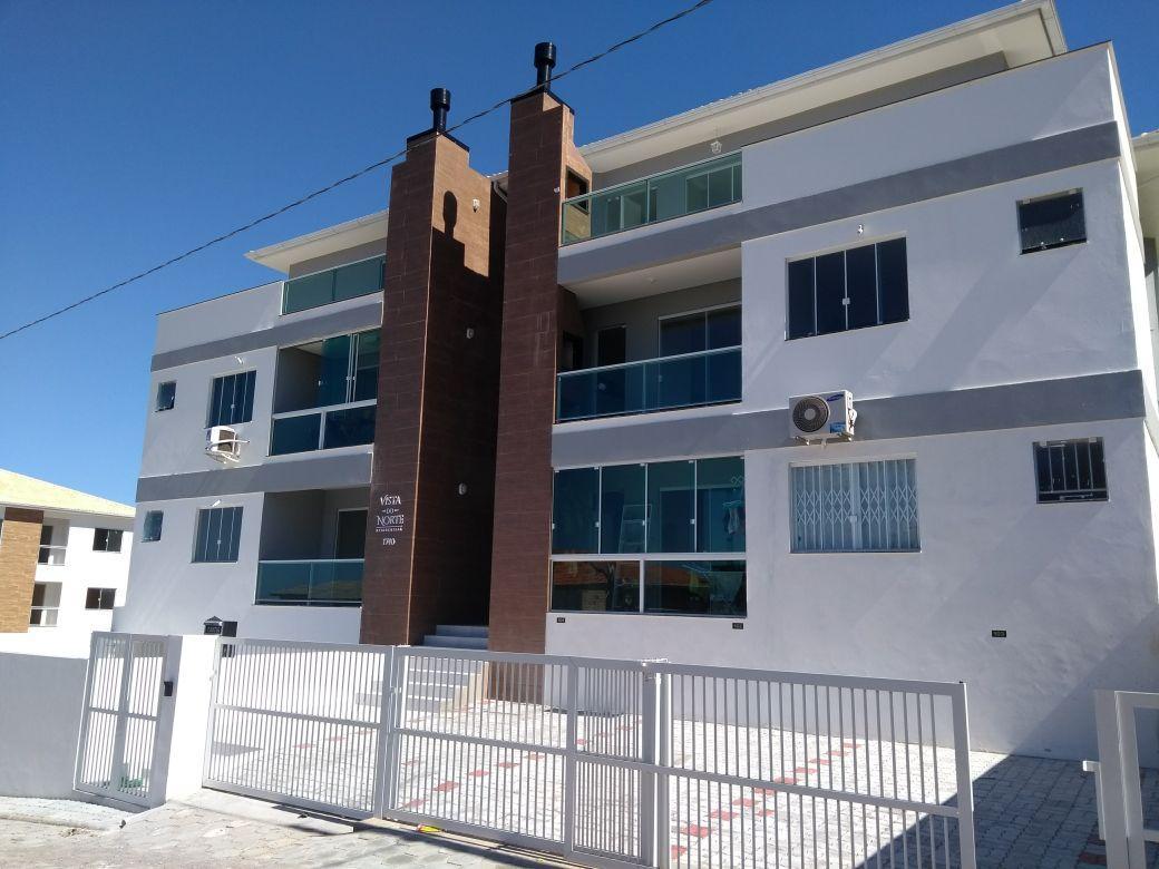 Apartamentos num prédio novo de alto padrão.