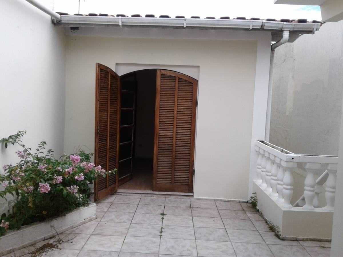 CASA COM 3 DORMITÓRIOS, 4 VAGAS, QUINTAL C/ CHURRASQUEIRA E DEP. EMP.