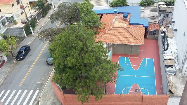 Casa com 6 salas e área externa com quintal e garagem