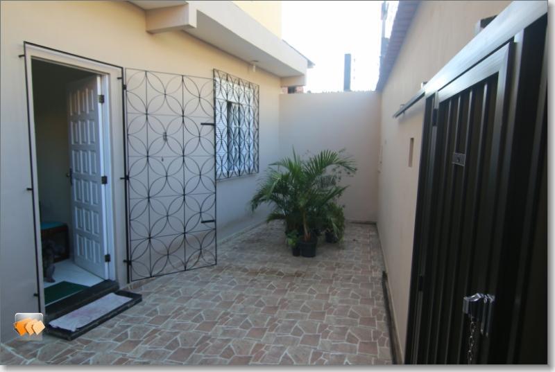 Casa térrea 3/4 com 1 suíte 2 vagas em Itapuã