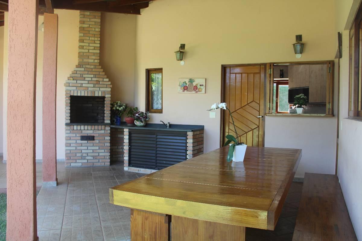 varanda lateral ,churrasqueira com cozinha ao fundo