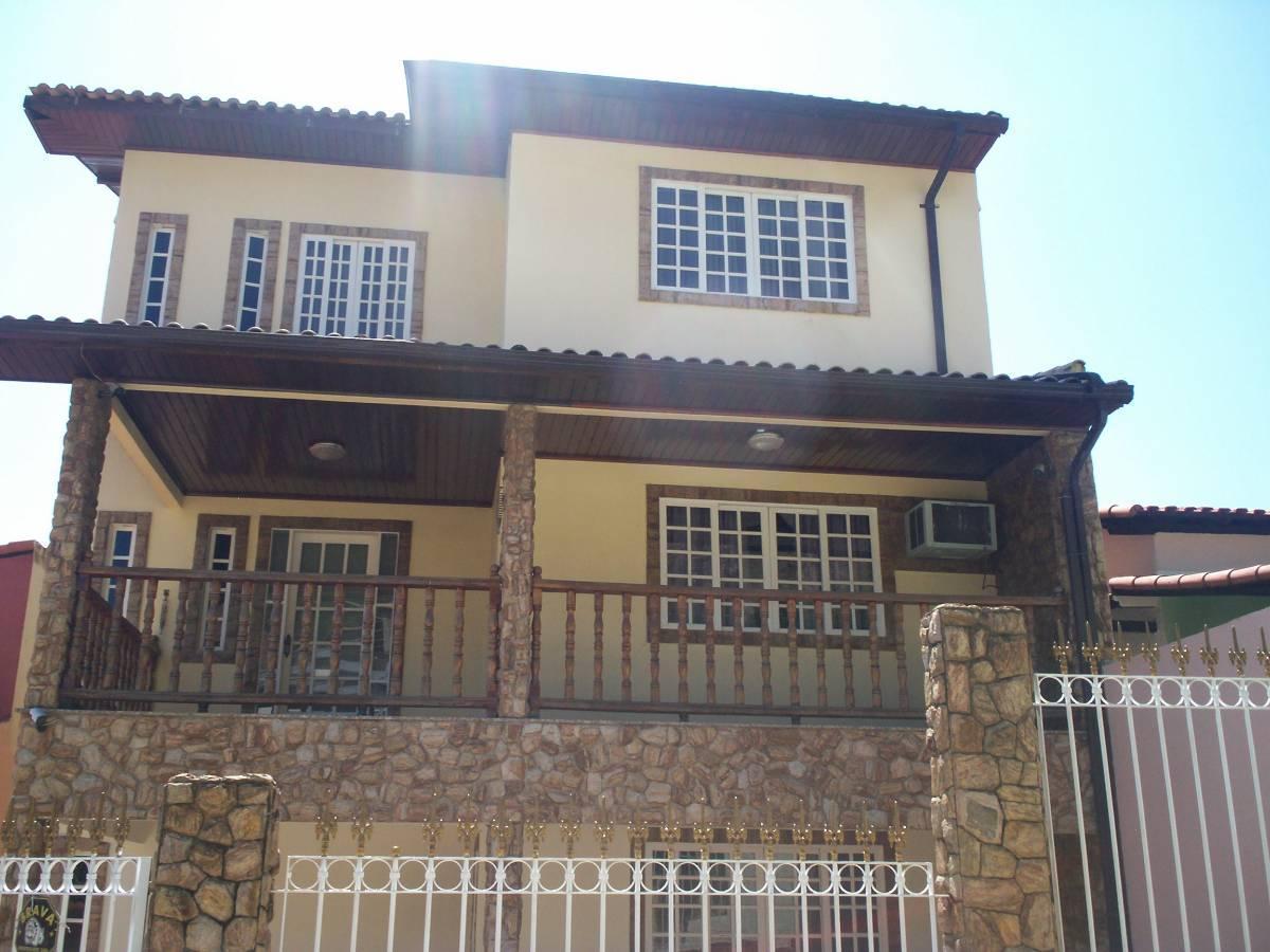 Casa com cinco quartos, em condomínio no Caonze.