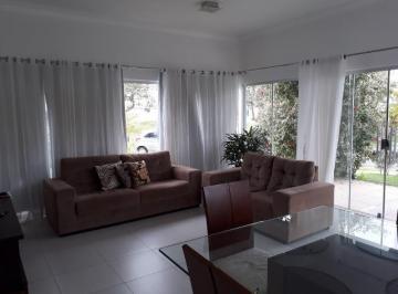 Casa térrea, nascente para locação ou venda no condomínio Alphaville.  Muito ventilada. Semi-mobilia