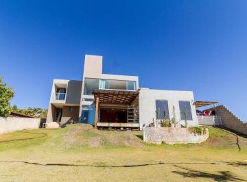 Casa · 300m² · 5 Quartos · 4 Vagas