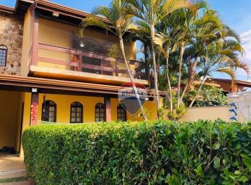 Vista da fachada com Jardinagem protegendo a piscina