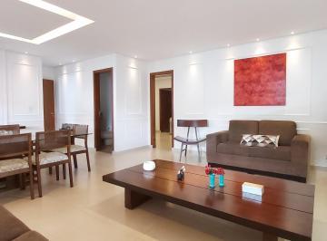 Sala ampla com piso em porcelanato