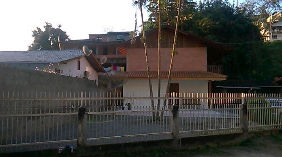 casa no bairro garcia, contendo 3 dormitórios, sendo 1 suíte e demais dependências. área construída
