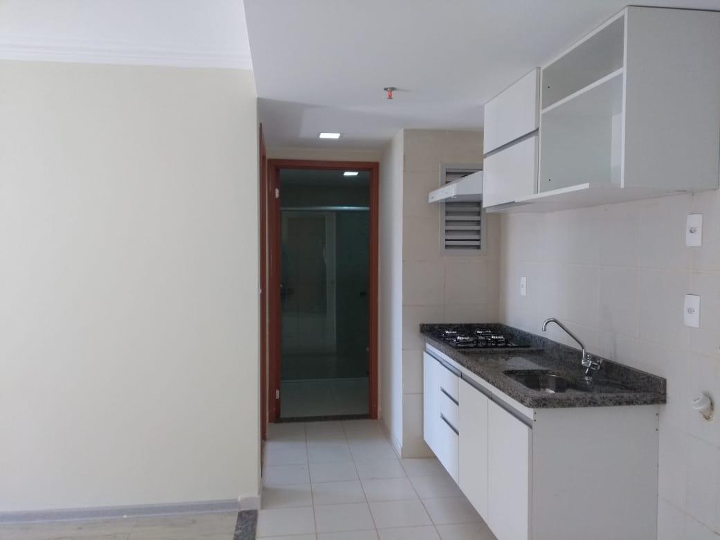 mini cozinha americana, entrada para o banheiro e quarto