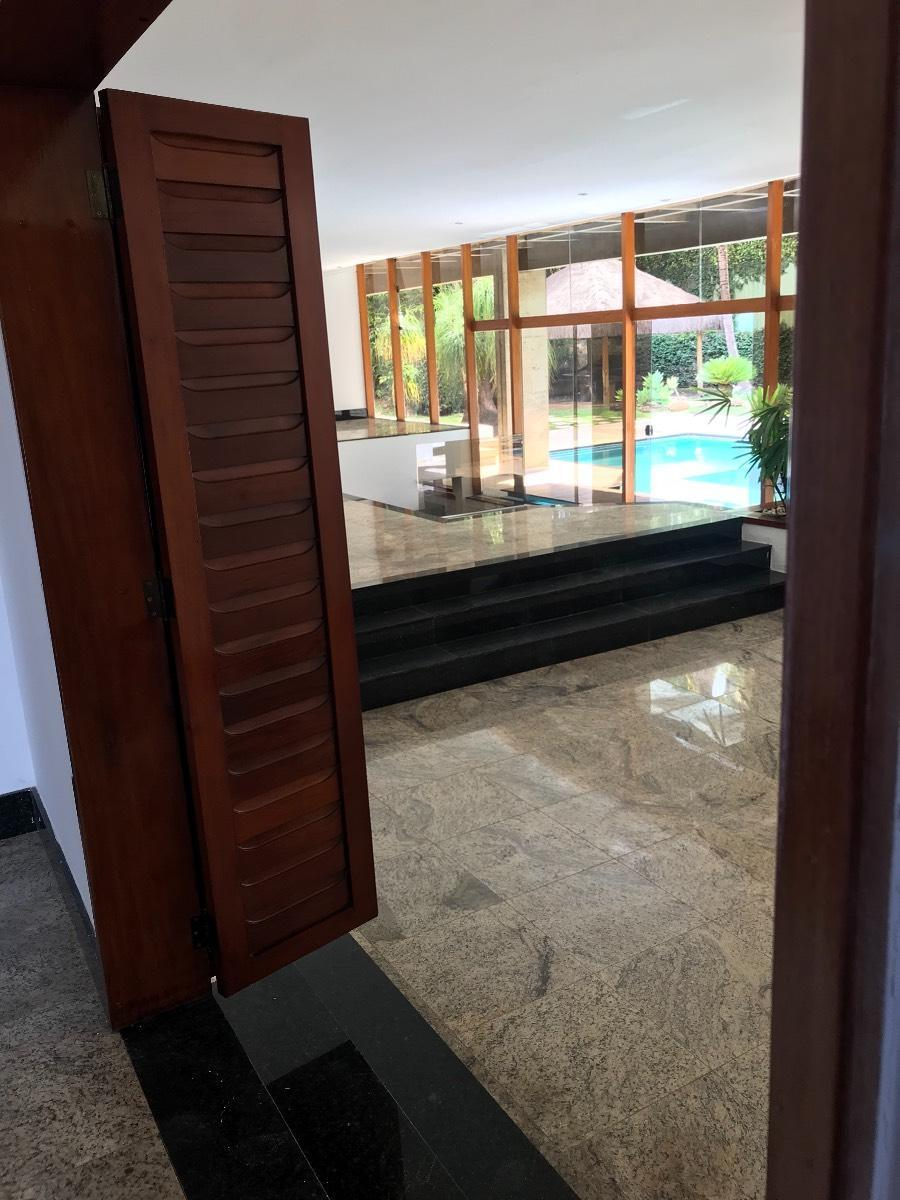 Vista sala e piscina