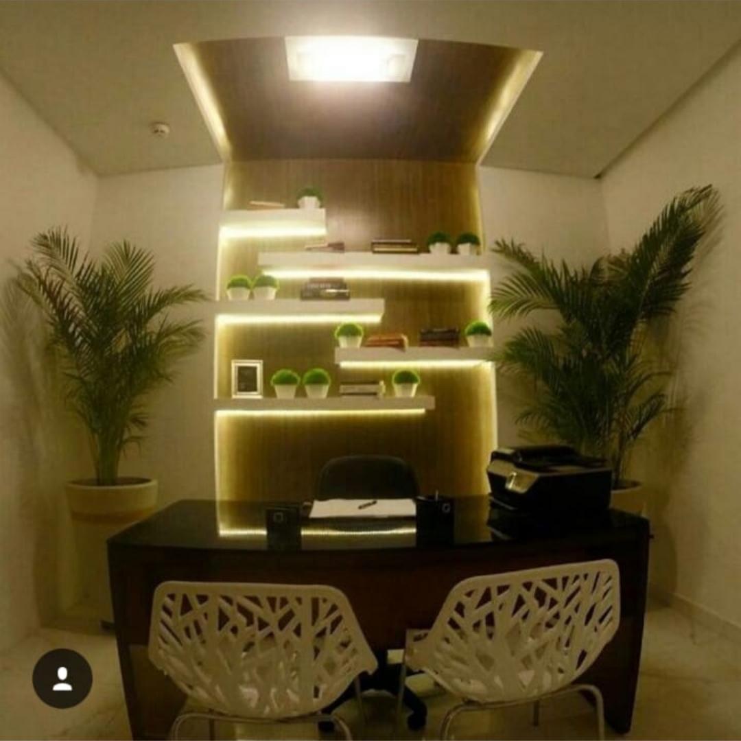 Um escritório (tamanho médio) dentro da sala 714